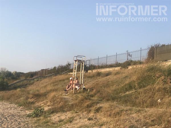 На севастопольском пляже сезон-2021 так и не начался 2