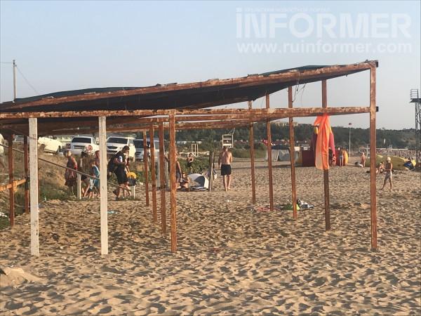 На севастопольском пляже сезон-2021 так и не начался 3