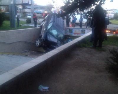 В Симферополе пьяный водитель на джипе влетел в подземный переход (фото)
