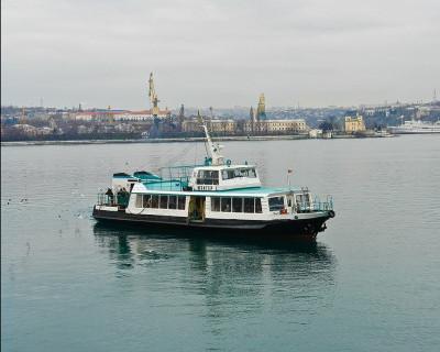 В Севастопольской бухте пассажирский катер едва ушёл от навала...