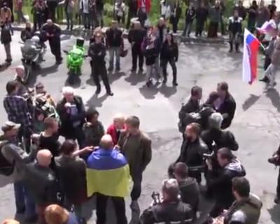 В Словакии люди, собравшиеся поприветствовать байкеров из клуба «Ночные волки», освистали провокатора в украинском флаге (видео)