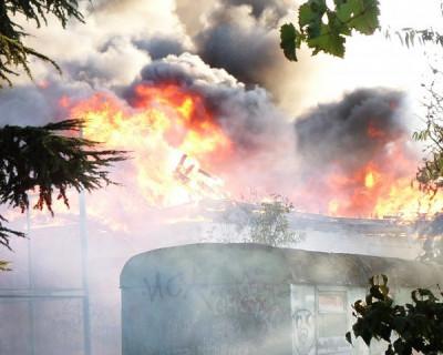 Вчера в Стрелецкой в жилом микрорайоне полыхали три здания. Одно выгорело дотла. (видео)