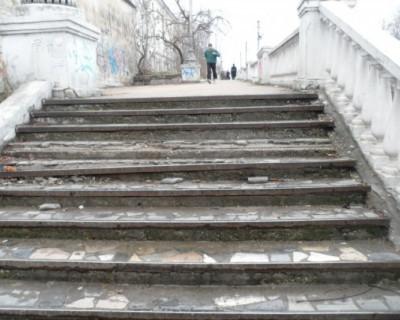 Выбор невелик: по опасной лестнице или никак  (фото)