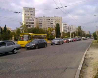 Большая автомобильная очередь образовалась в начале улицы Вакуленчука