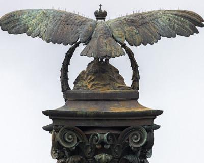 Почему птица на памятнике затопленным кораблям в Севастополе повёрнута к зрителю спиной? Кто-нибудь знает?