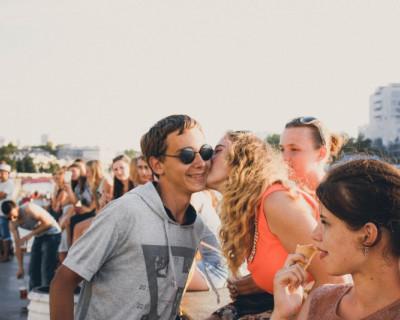 В Севастополе молодежь бежала друг к другу целоваться! (фото)
