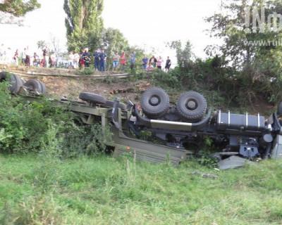 В Крыму перевернулись танк и военный тягач