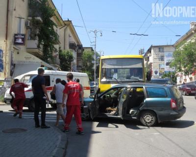 В Севастополе на спуске Адмирала Октябрьского автобус буквально «смял» легковушку. Есть пострадавшие (фото, видео)