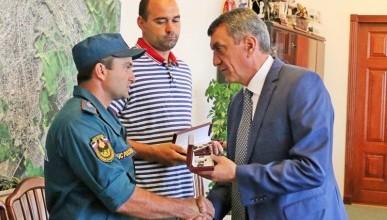 Губернатор Сергей Меняйло вручил часы с символикой Севастополя нашим землякам, спасшим ребенка
