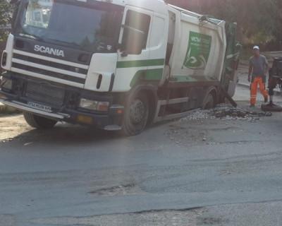 В Севастополе под землю провалился мусоровоз (фото)