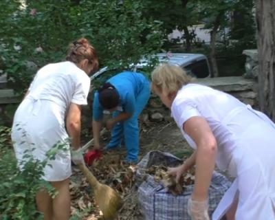 Медперсонал Первой городской больницы Севастополя заставляют выполнять работу дворников!