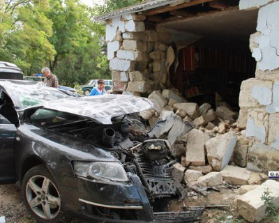 «Жесть!» В Керчи автомобиль врезался в дом. Есть жертвы (фото)