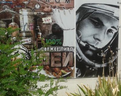 В одном из кафе Севастополя пиво рекламирует … Юрий Гагарин