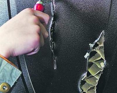 Ради автомагнитолы и пневматического пистолета севастопольцам пришлось вскрыть дверь