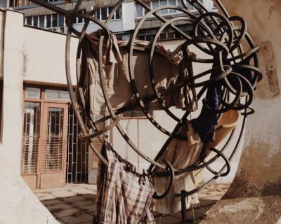 Возле Хрюкинского рынка Севастополя бомжи стирают вещи и сушат бельё около бывшего военторга (фото)