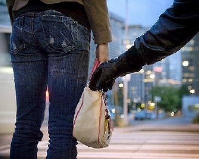 Возвращаясь из магазина, жительница Севастополя осталась без сумки