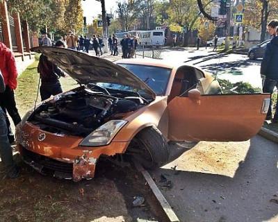 В Симферополе спортивный автомобиль снес ограждение с корнями (фото с ДТП)