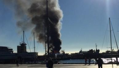 Сегодня в Ялте загорелся корабль (фото, видео очевидцев)