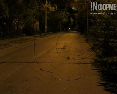 Осторожно! В Севастополе на улице Новороссийской оборванные провода лежат на проезжей части (фото)