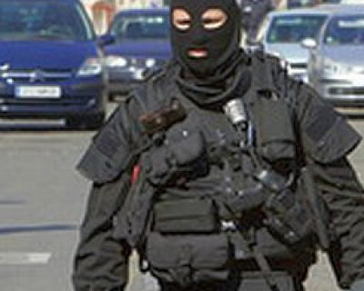 В Севастополе вооружённые люди в черной униформе и масках останавливают автомобили