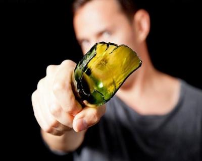 В Керчи ради тысячи рублей мужчина ударил парня по голове бутылкой