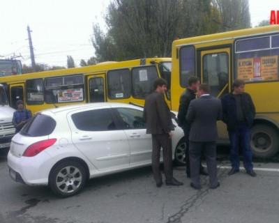 Две маршрутки, грузовик и легковушка образовали масштабную пробку в Симферополе (фото с ДТП)