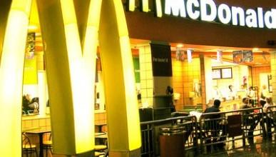 """Факт или подстава?! Женщина, недоев гамбургер из """"Макдонолдса"""", обнаружила крысиную голову"""