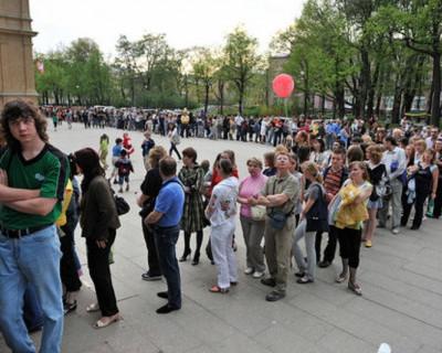 На крыльце поликлиники Евпатории распродажа: талон к любому врачу 200 рублей!