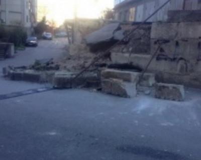 В Ялте на дорогу рухнула укрепительная бетонная стена