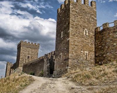 У Генуэзской крепости в Судаке обрушилась часть древней башни (фото)