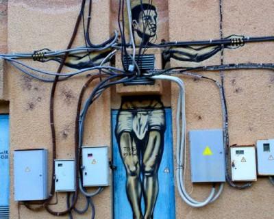 В Крыму Шарик рисует на электрощитах распятых крымчан (фото)