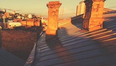 В Севастополе на улице Коммунаров делают недавно отремонтированную крышу (фото, видео)