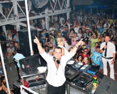 Напоминание о курортном сезоне в диско-баре «Хорошо»