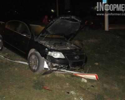 Ночной ИНФОРМЕР: В Севастополе новенький Volkswagen вылетел на газон и смял знак (фото, видео)