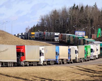 На Керченской переправе из-за непогоды скапливаются грузовые машины