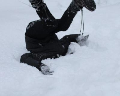 Пьяный мужчина перешел дорогу, упал головой в снег и покорил интернет (видео)