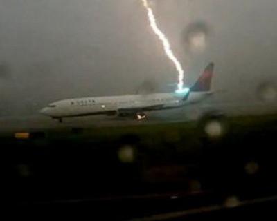 Молния повредила летевший в Россию самолёт! На борту было 76 пассажиров