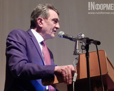 Со сцены Губернатор Севастополя обратился к ветеранам города