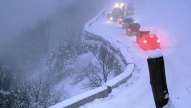 В Крыму из-под снега достали автомобиль с людьми