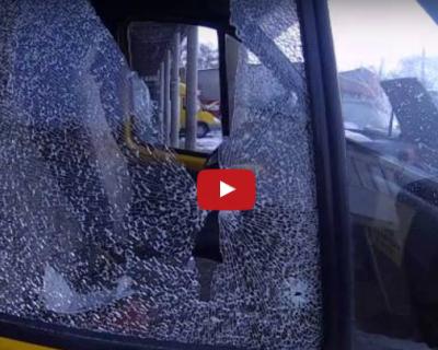 В Керчи неизвестные обстреляли маршрутку (видео)
