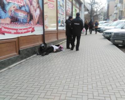 В Севастополе посреди улицы на тротуаре умерла женщина (фото)