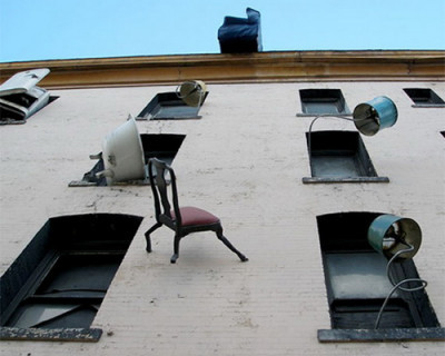 Из окон севастопольского «Детского Дома №2» летят диваны и табуретки (фото)