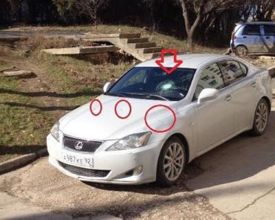 В Севастополе неизвестные топором изрубили кузов Lexus (фото)
