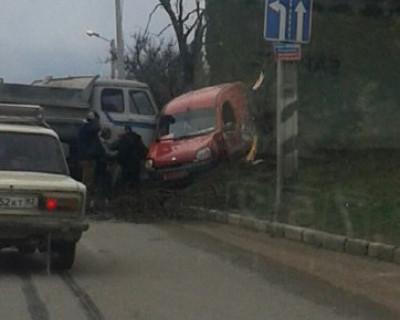 В Крыму ДТП! Красный цвет автомобиля поманил самосвал (фото, видео)