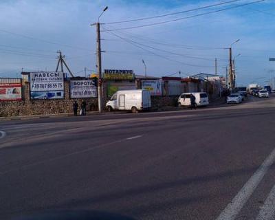 В Севастополе необычное ДТП - два автомобиля въехали в подпорную стену. Есть пострадавшие (фото)