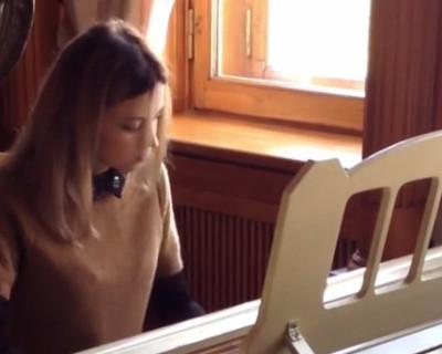 Наталья Поклонская в Ливадийском дворце играет на рояле