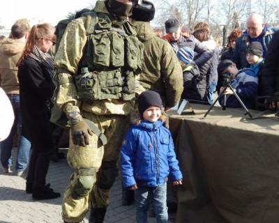 На главной площади Севастополя вооружённые люди и танки (фото)