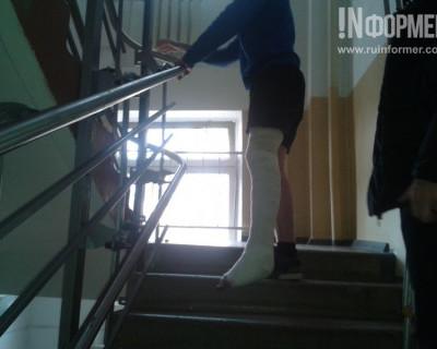 Севастопольцы со сломанной ногой допрыгивают на второй этаж до рентген-кабинета (фото)
