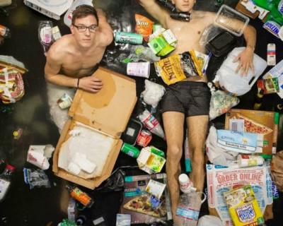 В Севастополе мусор «романтично» витает в воздухе и норовит приземлиться на чьё-то лицо (фото)
