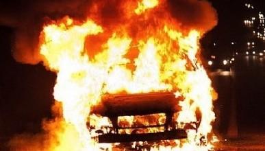 В Крыму во дворах дома продолжают гореть автомобили (фото)
